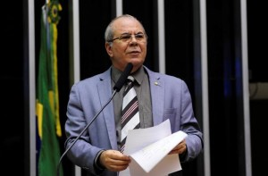 Hildo Rocha discursa em favor da categoria