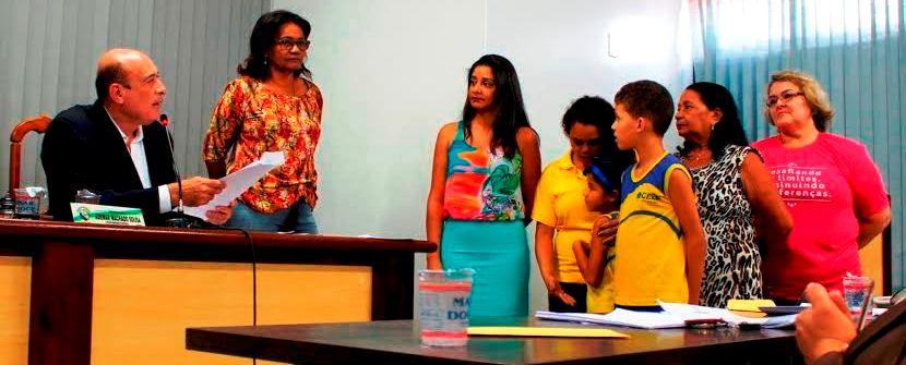 Ribamar Alves entrega o benefício a algumas das representantes escolares