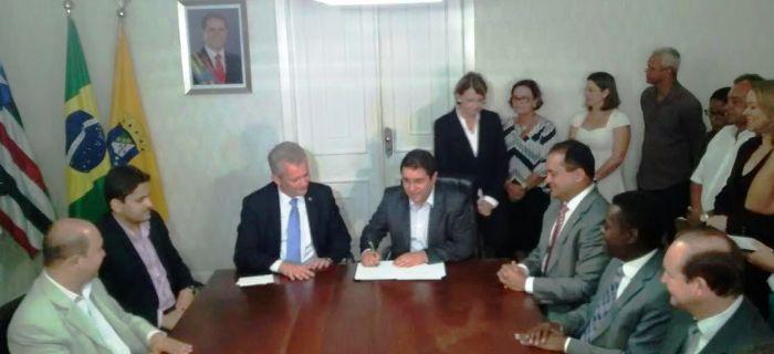 Edivaldo assina protocolo para liberação de canal de TV à prefeitura