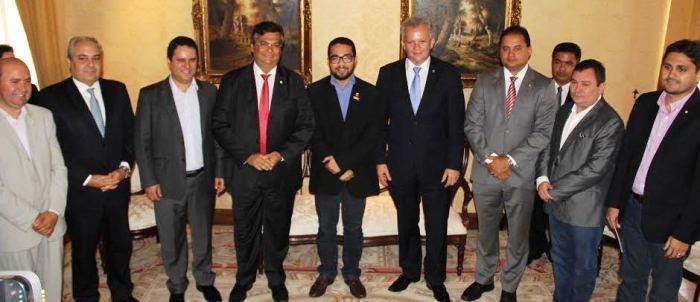 O prefeito com o ministro, o governador e demais autoridades