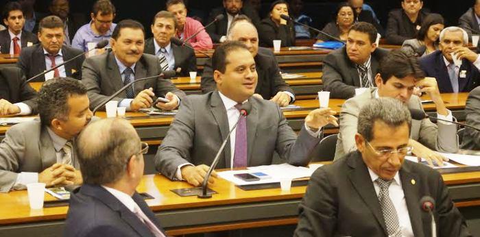 Rodeado pelos colegas Cléber Verde, Victor Mendes, Hildo Rocha e Zé Carlos, Weverton Rohca explana a situação dos produtores...