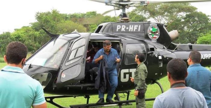 Dino no helicóptero do GTA; enquanto isso, bandidos agem no interior...