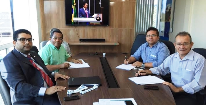 Márcio Endles e representantes dos municípios agraciados com recursos