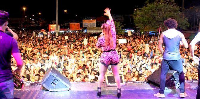 A multidão dançou com as bandas que se apresentaram no palco