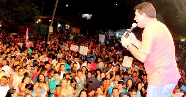 O prefeito Alan Linhares fez questão de cumprimentar o público presente