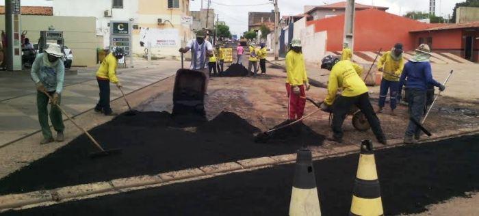 Operários estão em várias frentes fazendo o asfaltamento das vias