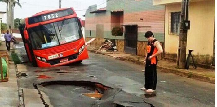 O ônibus no Cohajap: imagem mais forte do primeiro dia do ano