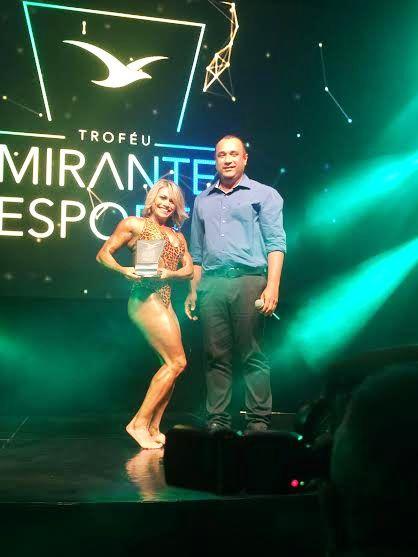 Roberto Costa com a vencedora na categoria fisiculturismo...