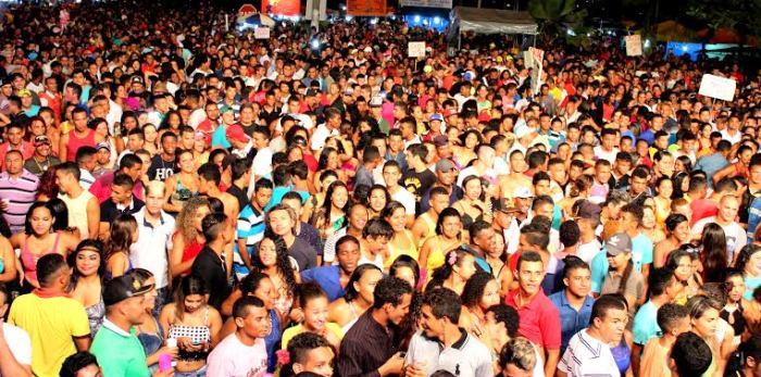 Multidão se espalhou no espaço público para dançar com as bandas