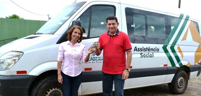 Alan Linhares entrega a Van do projeto
