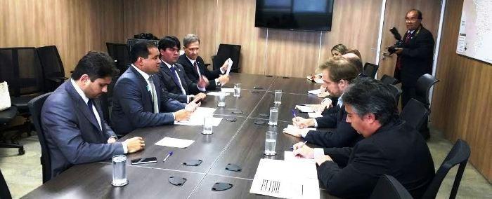 Os parlamentares durante a reunião no ministério