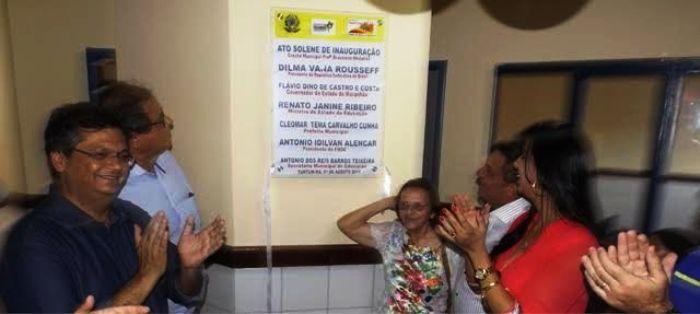 Flávio Dino no ato de inauguração da escola que leva o nome de pessoa viva, o que é proibido por ele mesmo