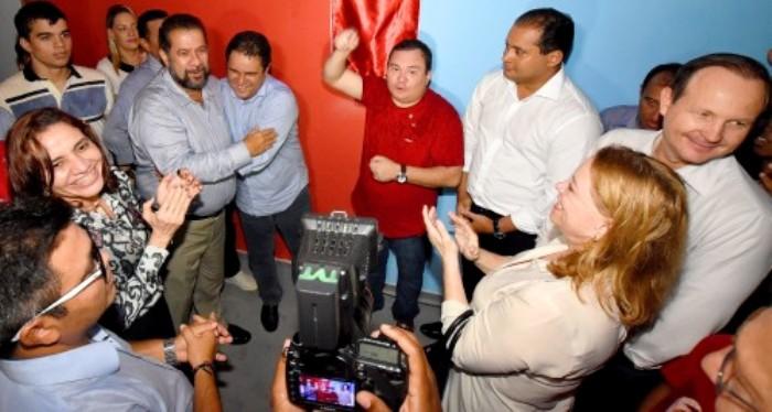 Carlos Lupi abraça carinhosamente o prefeito Edivaldo Júnior