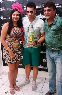 A primeira-dama e o prefeito com vocalista do Chcabana