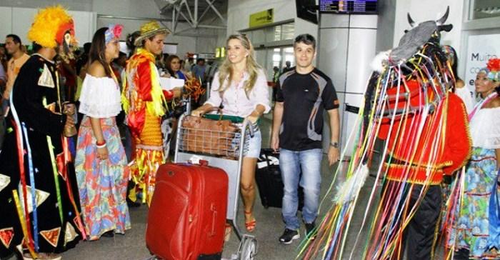 Turistas são recebidos com alegria no aeroiporto