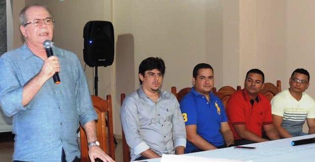 Hildo Rocha discursa aos presentes sobre a eleição em São Mateus