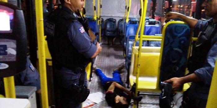 Vários assaltos a ônibus resultaram em mortes, como esta, em 2014 e 2015