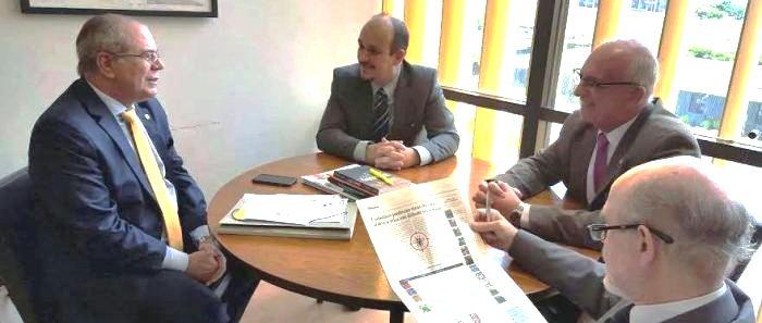 Hildo Rocha conversa com os membros do Cosems