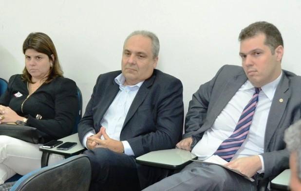 Os secretário Marcelo Tavares e Rodrigo Lago, constrangidos, diante da revelação de suspeita do concurso
