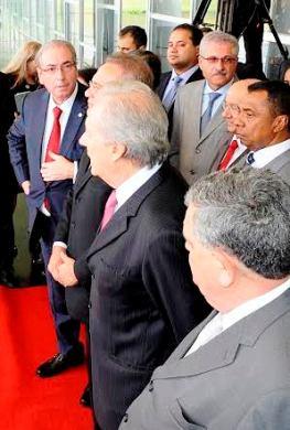 ...Com as autoridades, aguardando a presidente Dilma...