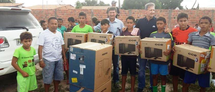 Foram vários equipamentos distribuídos às crianças e adolescentes...