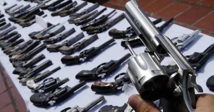 As armas apreendiddas por policiais de serviço renderão prêmios em dinheiro..