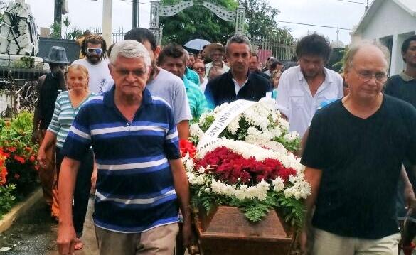 Familiares de Ana Duarte no cemitério para seu enterro: como aceitar tal situação?