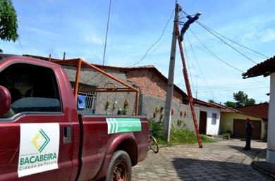 Equipes da prefeitura fazem a manutenção da rede elétrica