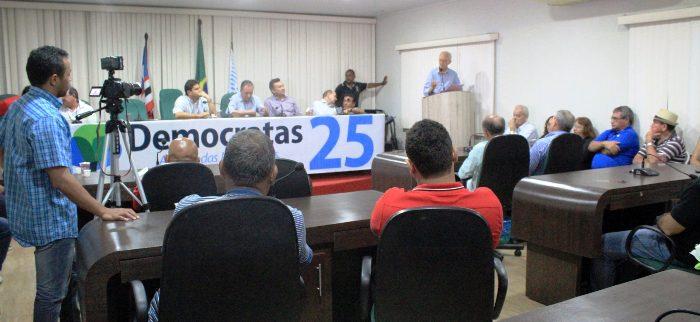 Juscelino e dirigentes do DEM acompanha discurso de membro do partido, diante de outros convencionais