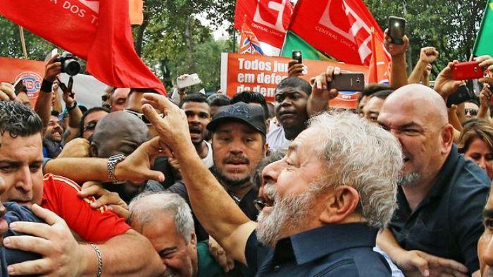 """Lula é ovacionado por militantes em evento """"contra golpe"""""""