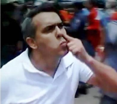 Jardim faz gesto provocativo a militantes tucanos