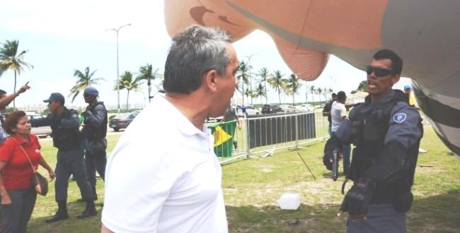 Márcio jardim encara policial após derrubada de boneco