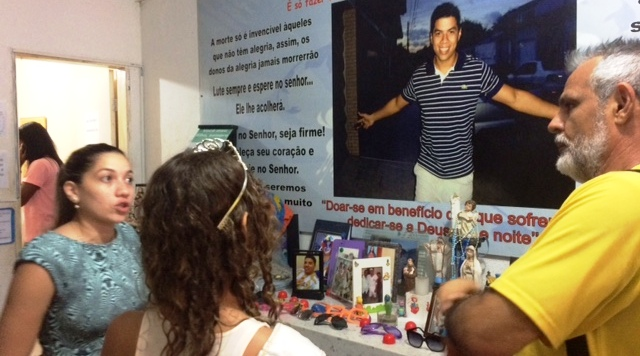 Copordenadora explica a Márcio Prado e a uma das miss como funciona o abrigo do hospital