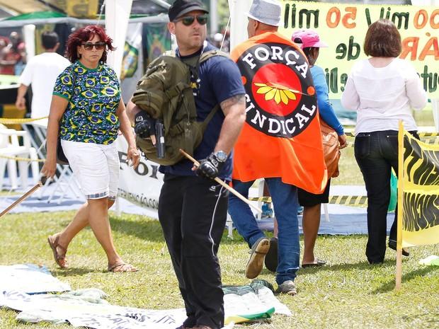 Segundo o site G1, este é Marcelo Penha, de arma em punho durante manifestação pacífica
