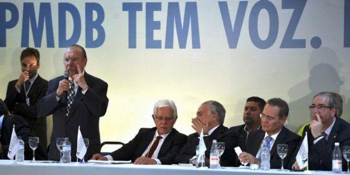 Sarney discursa em reunião com líderes do PMDB: partido com voz forte...