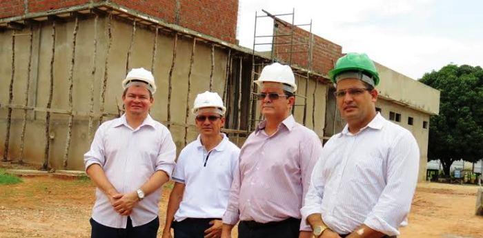 Rafael Leitoa com os engenheiros da obra...