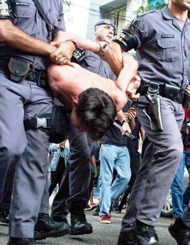 Na ditadura militar a repressão é exercida pelas armas...