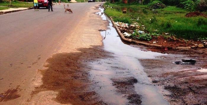 Trechos da São Bento já começam a murchar, levando o asfalto inteiro...
