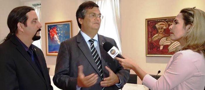 Flávio Dino dá entrevista ao lado de Verde: reconhecimento