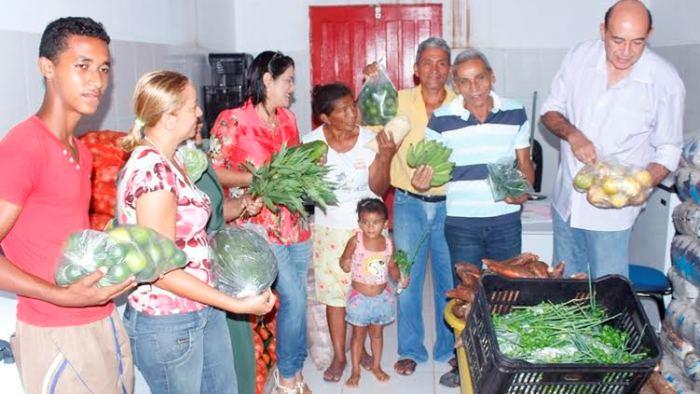 Ribamar Alves com produtores e seus produtos