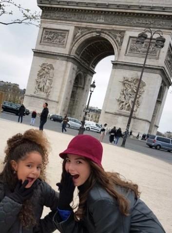 E as duas meninas no arco do triunfo, em Paris