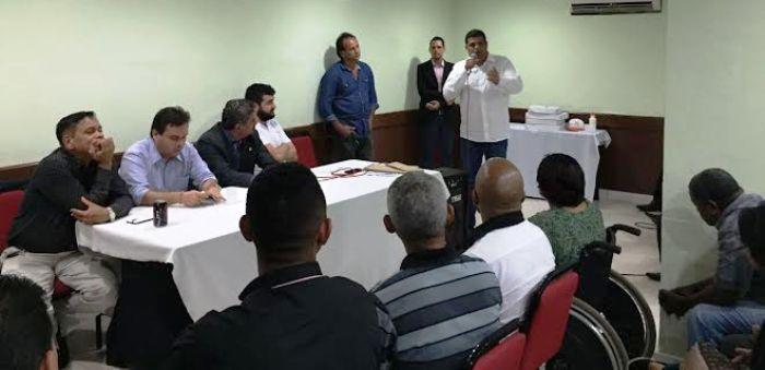 Carioca discursa aos convencionais do PHS, diante de Bentivi, que reflete sobre o tema