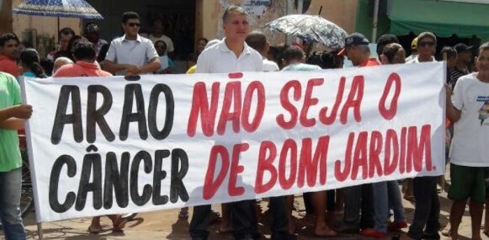 O rpesiente da Câmara, Arão Sousa, é outro alvo da população, por servir de instrumento de Rocha