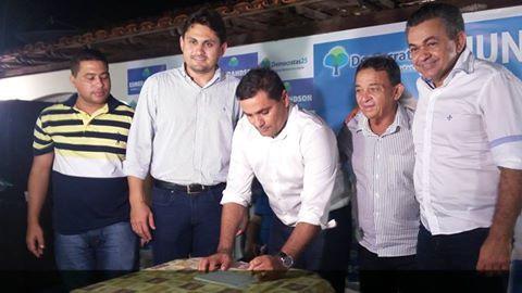 Esmeradhson assina ficha de filiação no DEM, ao lado de Juscelino Filho