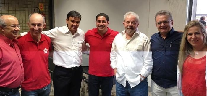 Zé Inácio com Lula e as demais lideranças de esquerda que foram recepcionar o ex-presidente...