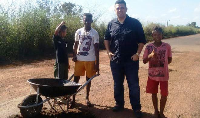 Macedo com crianças e jovens que ainda tapam buracos na BR-135