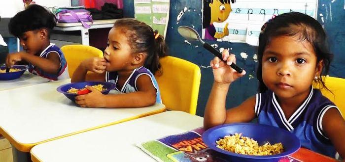 As crianças mostram prazer na degustação das comidas servidas na merenda