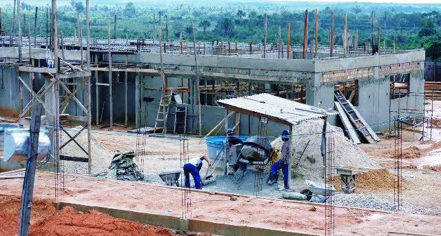 Trabalhadores intensificam trabalhos no canteiro de obras...