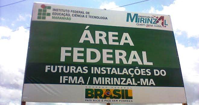 Placa confirma a realização da obra em parceria com a prefeitura de Mirinzal
