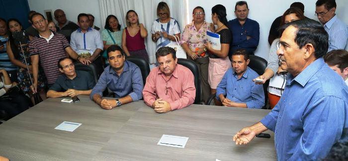 O prefeito fala aos presentes sobre os projetos e programas do município